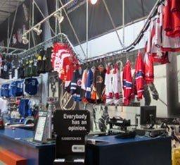 Overhead conveyor for retail garments